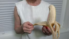 La femme prend une peau outre de la banane banque de vidéos