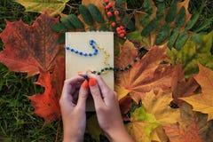 La femme prient à un dieu avec le chapelet perlé par couleur Photo stock
