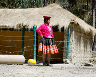 La femme Quechua s'est habillée dans l'équipement fait main traditionnel coloré Images libres de droits