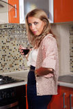 La femme réfléchie boit du vin Photos stock