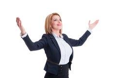 La femme réussie d'affaires tenant des bras s'ouvrent au loin Images stock