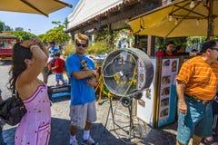 La femme refroidit à un ventilateur dans l'excitation du jour à Los Angeles photos libres de droits