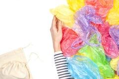 La femme refuse les sachets en plastique à usage unique et choisit le sac à provisions réutilisable Aucun en plastique, ambiant,  photo libre de droits
