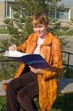 La femme regarde des papiers Photo stock