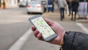 La femme regarde le tour partageant des profils de trafic sur Smartphone clips vidéos