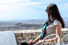 La femme regarde sur une grande ville Athènes et la colline d'Acropole photos libres de droits