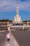 La femme religieuse se met à genoux Photo libre de droits