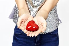 la femme remet donner l'amour de coeur et partager le concept Photos libres de droits