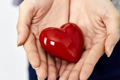 la femme remet donner l'amour de coeur et partager le concept Photo libre de droits