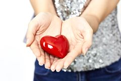 la femme remet donner l'amour de coeur et partager le concept Image stock