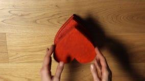 La femme remet prendre quatre formes rouges de coeur de la pile Amour, soin, jour du ` s de Valentine, unité, concepts de la fami banque de vidéos