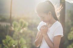 La femme remet la prière à un dieu avec la bible prier pour indulgent Photographie stock