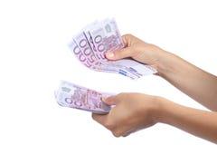 La femme remet tenir et compter beaucoup de cinq cents billets de banque d'euros Images libres de droits
