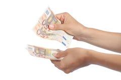 La femme remet tenir et compter beaucoup de cinquante billets de banque d'euros Photos stock