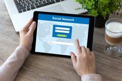 La femme remet tenir l'ordinateur de tablette avec le réseau social Photographie stock