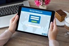 La femme remet tenir le PC de tablette réseau et ordinateur portable sociaux Images stock