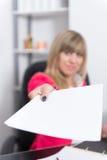 La femme remet un document Photographie stock libre de droits