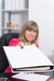La femme remet un dossier Photo stock
