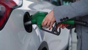 La femme remplit essence dans sa voiture ? un plan rapproch? de station service banque de vidéos