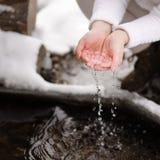 La femme rentre votre eau propre de mains pour le boire Images libres de droits