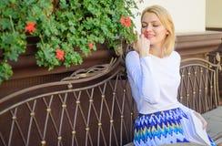La femme reposent la terrasse de café apprécient le parfum de fleur Date d'attente de femme Appréciez chaque moment de votre vie  photos libres de droits