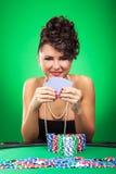La femme reste à la table de tisonnier photo libre de droits