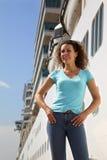 La femme reste le panneau proche du bateau Photos stock