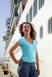 La femme reste le panneau proche du bateau de multideck Photos stock