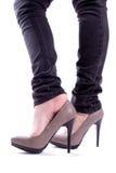 La femme retire la chaussure Photographie stock libre de droits