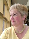La femme riante dans le trois-quarts rose profilent le tir principal Images libres de droits