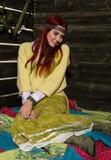 La femme rousse de boho hippie gai pose sur un fond en bois de mur Photos libres de droits