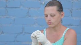 La femme rurale de femme rurale a attrapé le parasite agricole dans le jardin et les regards avec dégoût chez le Grillotalpidia s banque de vidéos