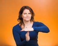 La femme sérieuse montrant le temps font des gestes avec des mains Images libres de droits