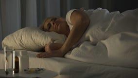 La femme sérieusement malade a pris des calmants et finalement la chute dans le rêve rebelle banque de vidéos