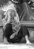La femme s'assied dans Luang Prabang se repose sur la rue Photos libres de droits