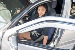 La femme s'assied dans la voiture Images stock