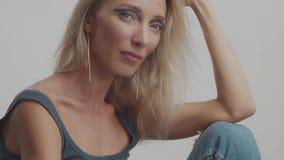 La femme 30s blonde pose dans le studio à l'appareil-photo clips vidéos