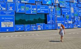 La femme s'est égarée avec beaucoup de panneaux routiers Images libres de droits