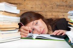 La femme s'est fatiguée du travail et de l'étude à côté de la pile de PAP Image stock