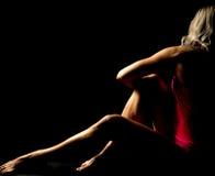 La femme s'est habillée dans le regard rose de séance loin accentue Images libres de droits