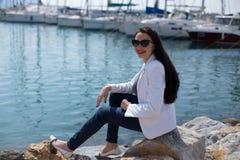 La femme s'est habillée dans le style nautique se reposant par le bord de la mer dans le yacht Mari photos libres de droits
