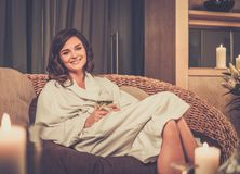La femme s'est habillée dans un peignoir détendant dans la station thermale Image libre de droits