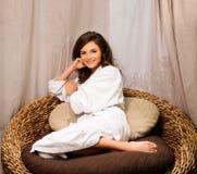 La femme s'est habillée dans un peignoir détendant dans la station thermale Photo stock