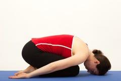 La femme s'exerce sur un tapis Image stock