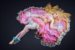 La femme s'étendent dans le costume cosplay de poupée de joint à rotule Image stock