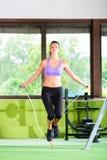 La femme sautant avec la corde, corde à sauter Photos libres de droits