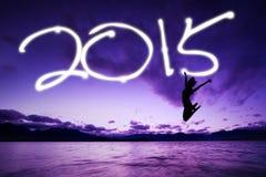 La femme sautant sous le nombre de 2015 Photos stock