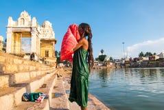 La femme se baigne dans le lac sacré Mahamaham Image libre de droits