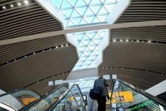 La femme se lève sur l'escalator dans l'aéroport Fiumicino Photo stock