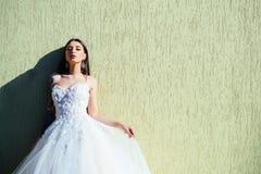 la femme se prépare à épouser Jeune mariée heureuse avant le mariage Robe de mariée merveilleuse Belles robes les épousant dans l photographie stock